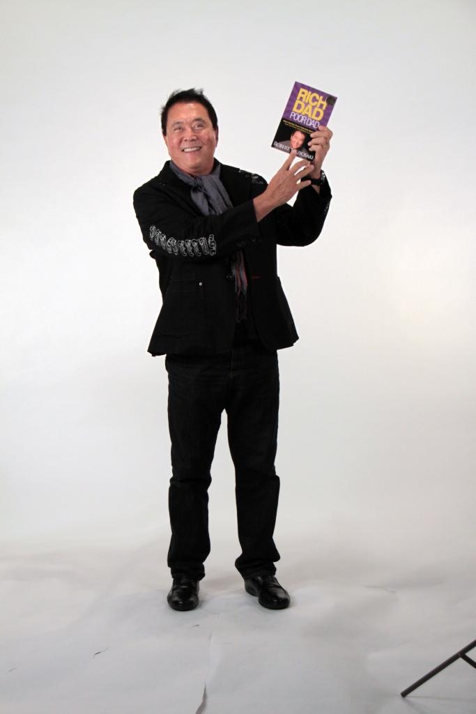 Robert Kiyosaki mit seinem Buch RICH DAD POOR DAD